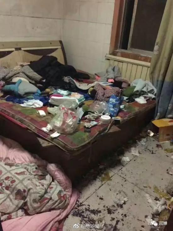 """小""""臭蛋""""居住的家里凌乱不堪,垃圾成堆"""