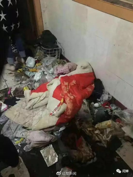 妈妈出走爸爸吸毒 2岁娃无人管活在恶臭垃圾堆