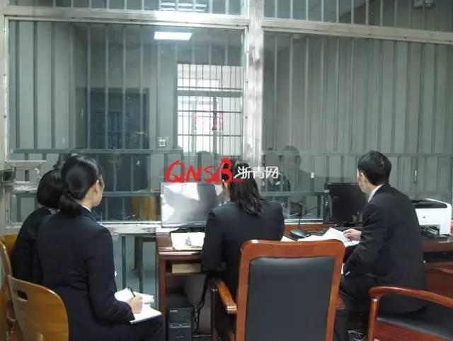 承办法官在浙江省第二女子监狱开庭审理本案